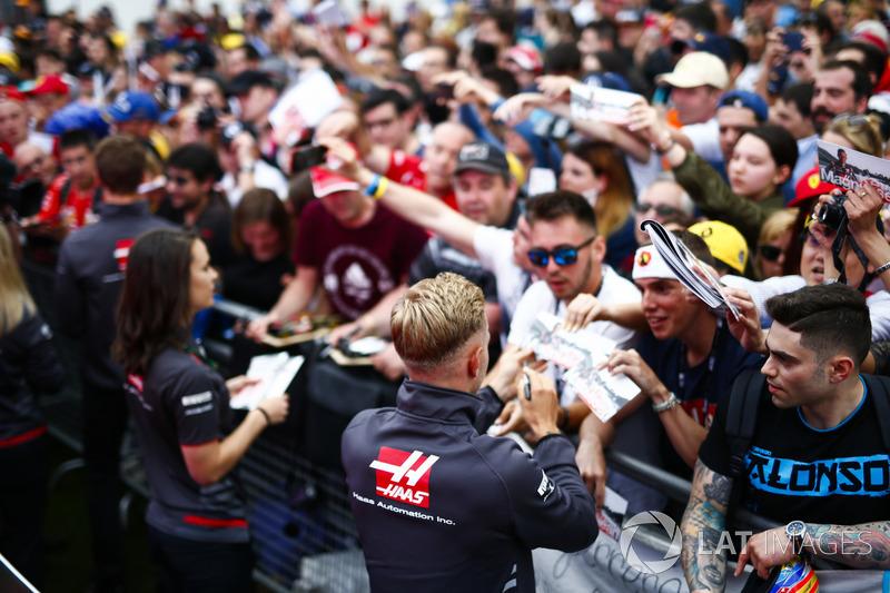 Kevin Magnussen, Haas F1 Team firma autógrafos para fanáticos