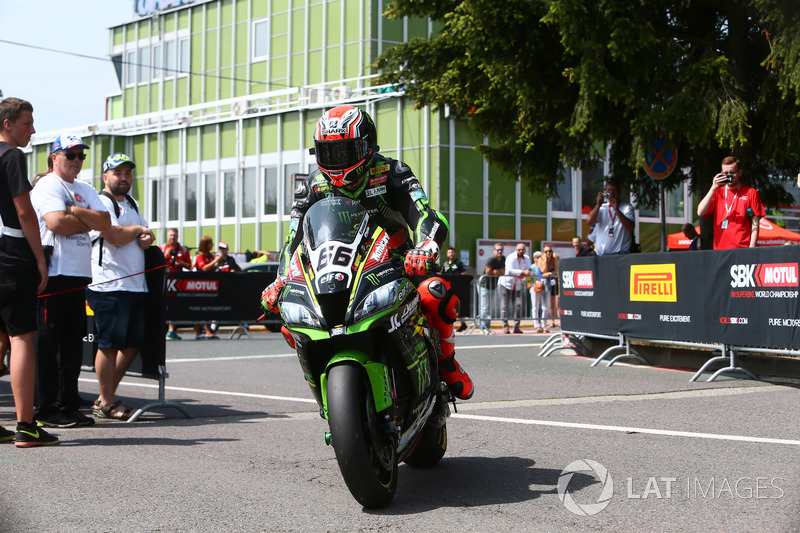 Tom Sykes, Kawasaki Racing rides into Parc Ferme after taking pole