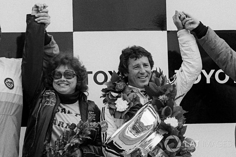 Mario Andretti, Lotus, festeggia la vittoria del Mondiale sul podio con la moglie Dee Ann Andretti