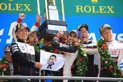 Podio general: ganadores Sébastien Buemi, Kazuki Nakajima, Fernando Alonso, Toyota Gazoo Racing