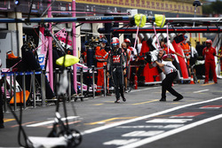 Romain Grosjean, Haas F1 Team, returns to the pits after a crash