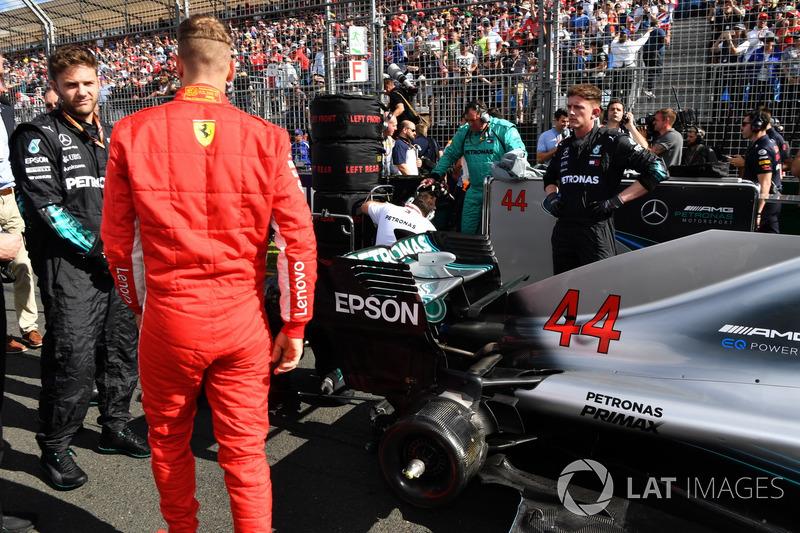 Sebastian Vettel, Ferrari on the grid looking at the car of Lewis Hamilton, Mercedes-AMG F1 W09 EQ Power+