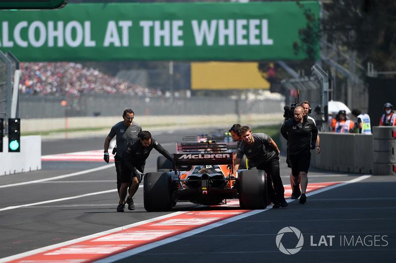 Mecánicos de McLaren empujan a Stoffel Vandoorne, McLaren MCL32 en pit-lane