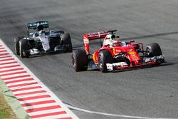 Kimi Raikkonen, Ferrari SF16-H voor Nico Rosberg, Mercedes AMG F1 W07 Hybrid