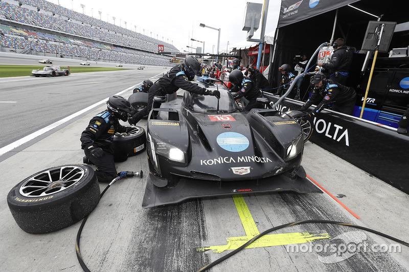 #10 Wayne Taylor Racing Cadillac DPi: Ricky Taylor, Jordan Taylor, Max Angelelli, Jeff Gordon, pit action