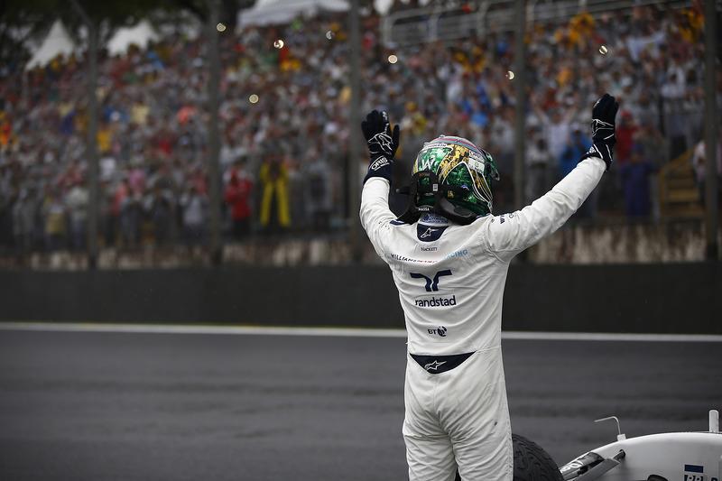 Nach dem Unfall: Felipe Massa winkt dem Publikum