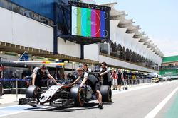 EL Sahara Force India F1 VJM09 de Nico Hulkenberg, empujado por el pit lane