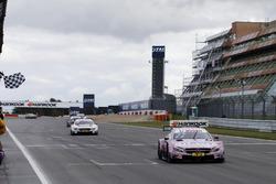 Drapeau à damier pour Lucas Auer, Mercedes-AMG Team HWA, Mercedes-AMG C63 DTM