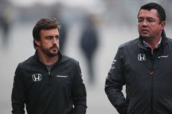 Гонщик McLaren Фернандо Алонсо и гоночный директор команды Эрик Булье