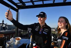 Esteban Ocon, Sahara Force India F1 con una chica tomando una selfie en el evento de Hype Energy Dri