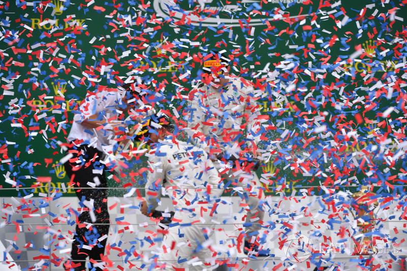 Peter Bonnington, Ingeniero de carrera Mercedes AMG F1, Lewis Hamilton, Mercedes AMG F1 y Valtteri Bottas, Mercedes AMG F1 celebra en el podio