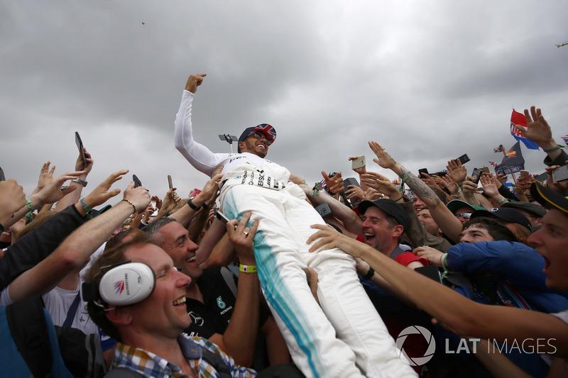 Ganador de la carrera Lewis Hamilton, Mercedes AMG F1, celebra la victoria con los aficionados