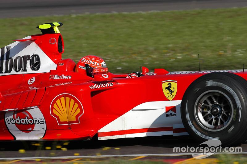 Valentino Rossi, pilota a Ferrari F2004, no que seria um teste secreto e usava um capacete sobressalente de Schumacher