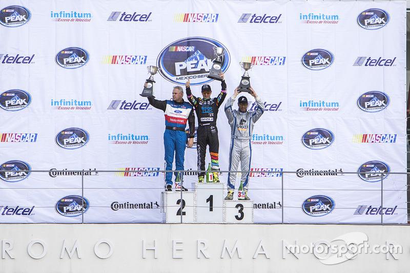 Podio: segundo lugar Rafael Martínez, Escudería Tame, primer lugar Homero Richards, HYH Speed y Tercer lugar Jorge Goeters JV Motorsports