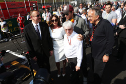 (De g. à d.) : Ilham Aliyev, président de l'Azerbaïdjan, avec son épouse, Mehriban Aliyeva, Enrique Iglesias, chanteur, Bernie Ecclestone et Sergio Marchionne, président de Fiat Chrysler Automobiles, sur la grille