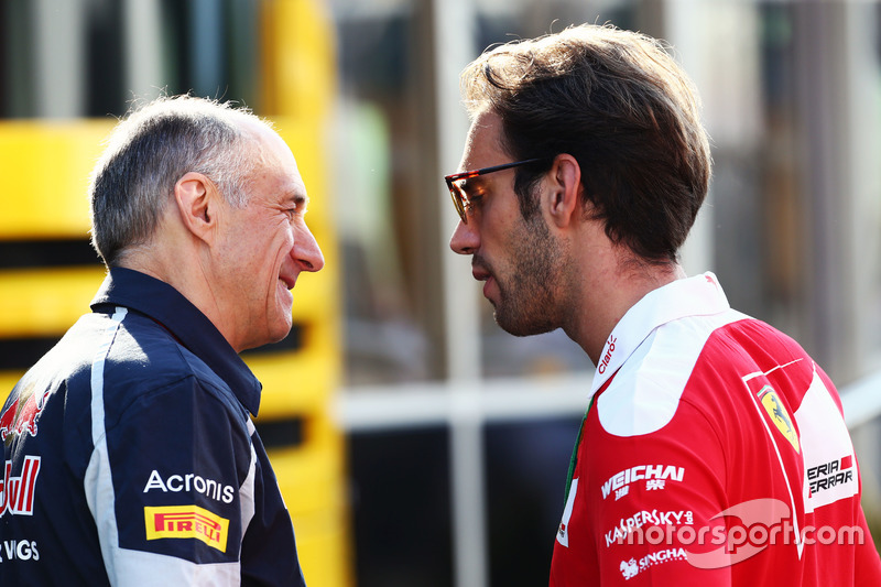 (Da sx a dx): Franz Tost, Team Principal Scuderia Toro Rosso con Jean-Eric Vergne, Collaudatore e pilota sviluppatore Ferrari