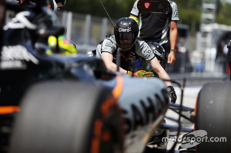 Sergio Perez, Sahara Force India F1 VJM09 practices a pit stop