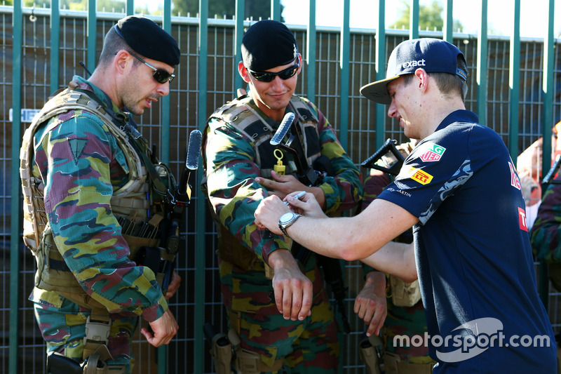 Max Verstappen, Red Bull Racing firma autografi alle guardie