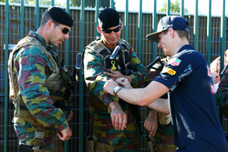 Max Verstappen, Red Bull Racing firma de autógrafos para los guardias armados