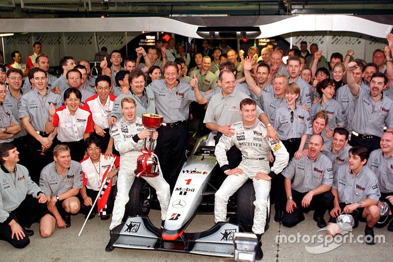 L'équipe McLaren fête son titre constructeurs avec le nouveau champion du monde, Mika Hakkinen