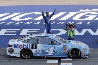 Kevin Harvick, Stewart-Haas Racing, Ford Fusion Busch Light / Mobil 1, festeggia la vittoria