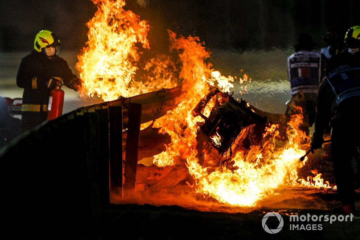 Un bombero apaga las llamas del coche de Romain Grosjean, Haas VF-20, en Bahrein