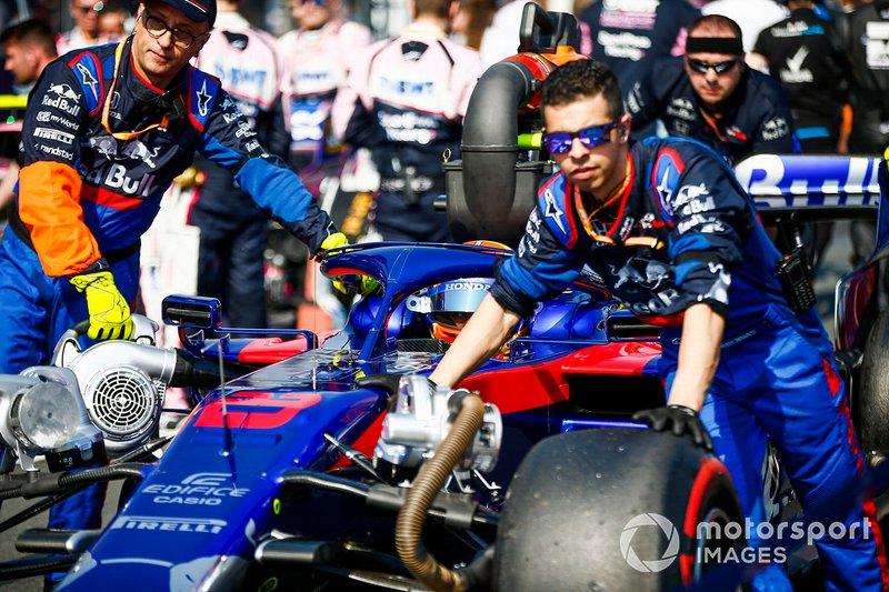 Alexander Albon, Toro Rosso STR14, arrive sur la grille