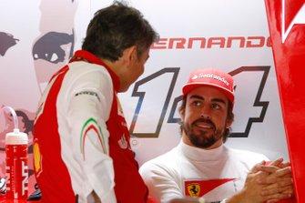 Fernando Alonso, Ferrari, e Marco Mattiacci, Team Principal, Ferrari, nel garage