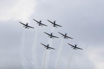 Embraer EMB 314 Super Tucano dello Smoke Squadron delle Forze aeree brasiliane, si esibiscono sopra la griglia di partenza