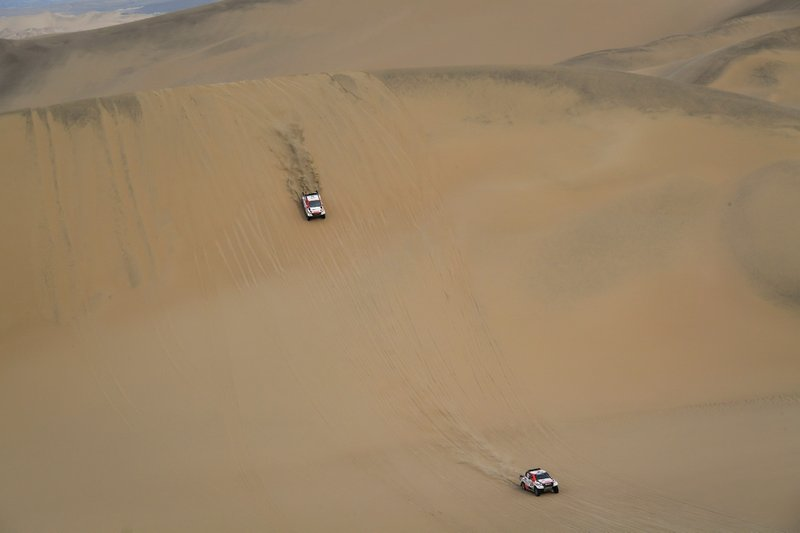 Нассер Аль-Аттия и Матье Бомель (№301), Жиньель де Вильерс и Дирк фон Цицевиц, Toyota Gazoo Racing SA, Toyota Hilux (№302)