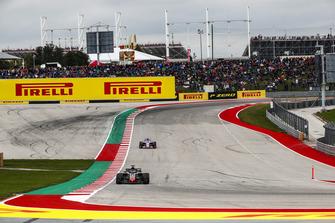 Romain Grosjean, Haas F1 Team VF-18, precede Sergio Perez, Racing Point Force India VJM11