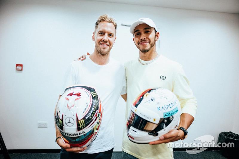 Lewis Hamilton, Mercedes AMG F1, et Sebastian Vettel, Ferrari, échangent leurs casques