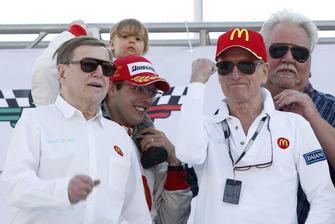 Sebastien Bourdais, Newman Haas Lanigan Racing con oos dueños Carl Haas, Paul Newman, Mike Lanigan su hija Emma