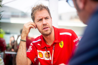 Sebastian Vettel, Ferrari y Roberto Chinchero, Motorsport.com