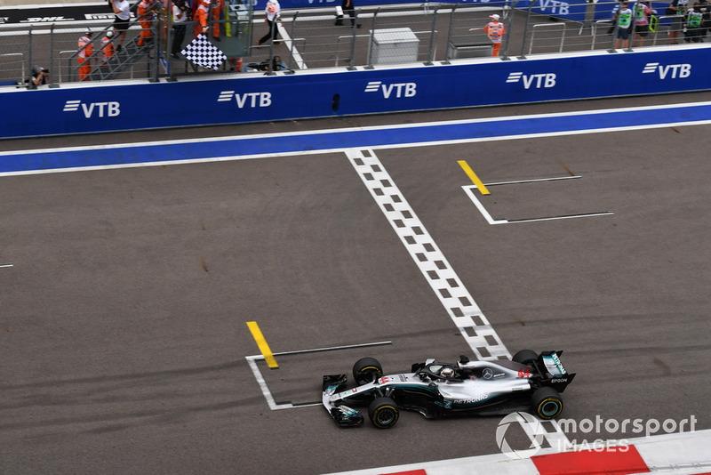 El ganador de la carrera Lewis Hamilton, Mercedes-AMG F1 W09 cruza la línea y lleva la bandera a cuadros