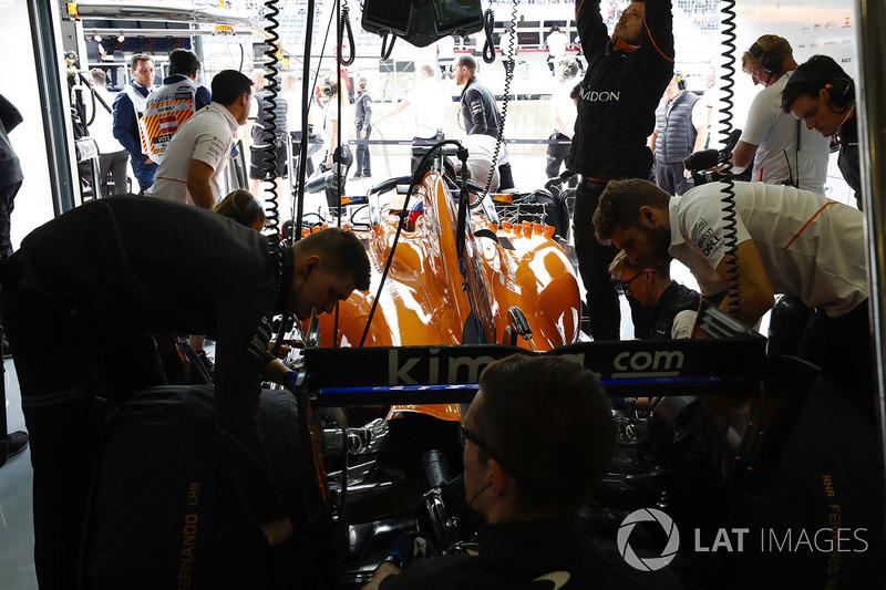 Инженеры McLaren работают над автомобилем MCL33 Фернандо Алонсо