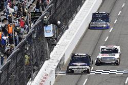 Fotofinish: 1. John Hunter Nemechek, NEMCO Motorsports, Chevrolet Silverado; 2. Kyle Benjamin, DGR-Crosley, Toyota Tundra