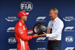 Sebastian Vettel, Ferrari reçoit le trophée de la pole position dans le Parc Fermé