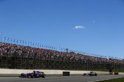 Pierre Gasly, Scuderia Toro Rosso STR12, Lewis Hamilton, Mercedes AMG F1 W08