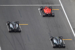 Sebastian Vettel, Ferrari SF71H, Lewis Hamilton, Mercedes-AMG F1 W09 EQ Power+ ve Valtteri Bottas, Mercedes-AMG F1 W09 EQ Power+