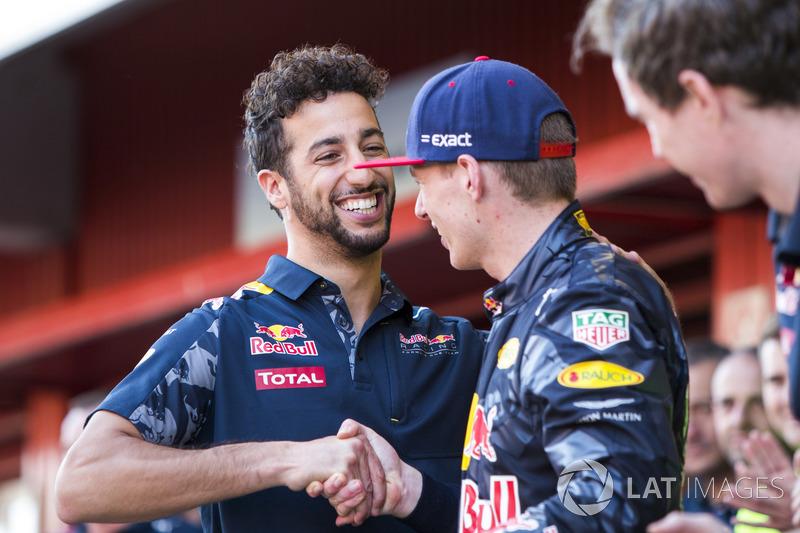Daniel Ricciardo, Red Bull Racing, felicita a Max Verstappen, Red Bull Racing, primera posición, en su primera victoria