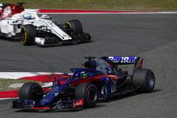 Brendon Hartley, Toro Rosso STR13 Honda, devant Marcus Ericsson, Sauber C37 Ferrari