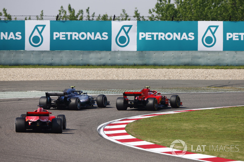 Valtteri Bottas, Mercedes AMG F1 W09, pasa a Kimi Raikkonen, Ferrari SF71H, por el liderato Sebastian Vettel, Ferrari SF71H,