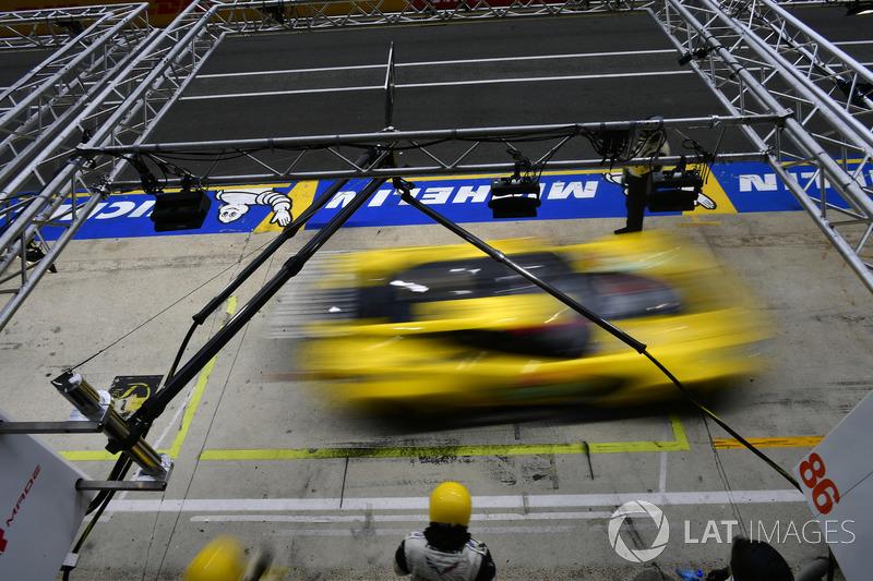 #64 Corvette Racing Chevrolet Corvette C7.R: Oliver Gavin, Tommy Milner, Marcel Fassler, pit stop