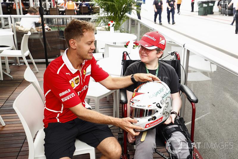 Sebastian Vettel, Ferrari, con un fan