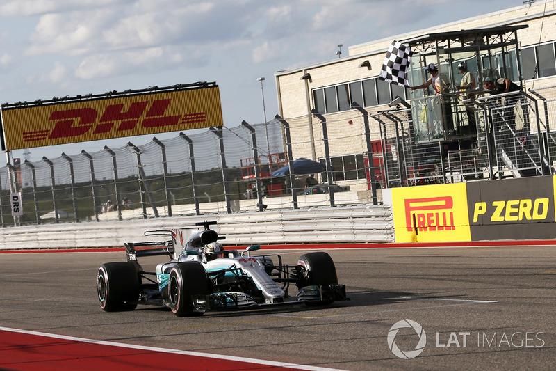 Lewis Hamilton, Mercedes-Benz F1 W08 prende la bandiera a scacchi alla fine delle Qualifiche