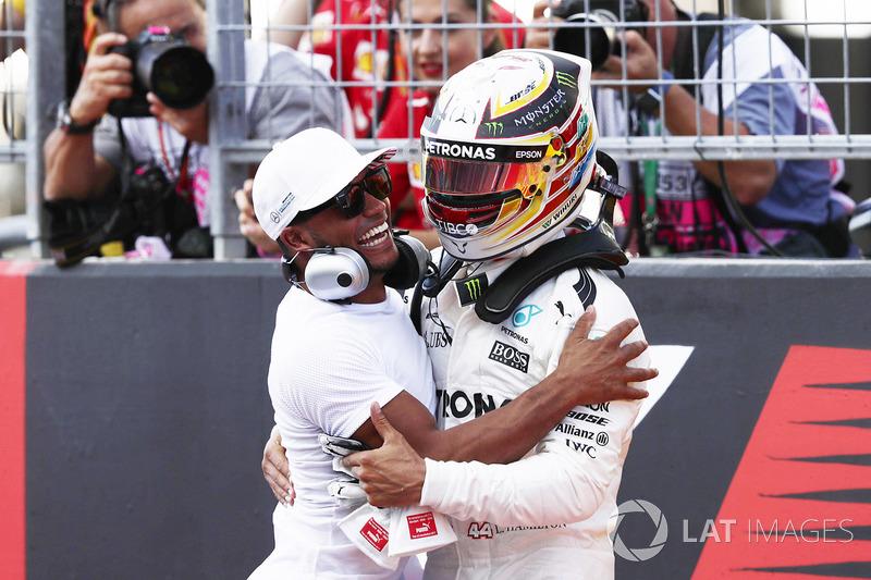 Ganador de la pole Lewis Hamilton, Mercedes AMG F1, celebra con su hermano Nicolas Hamilton