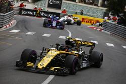 Карлос Сайнс, Renault Sport F1 Team R.S. 18, попереду Брендона Хартлі, Toro Rosso STR13