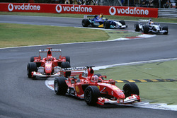 Rubens Barrichello, Ferrari F2004 lidera a su compañeroMichael Schumacher, Ferrari F2004