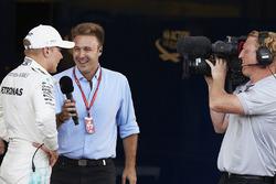 Гонщик Mercedes AMG F1 Валттери Боттас и комментатор Sky Italia Давиде Вальсекки